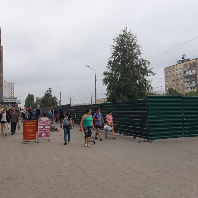 Харьковчане снесли забор на месте строительства киосков (ФОТО, ВИДЕО)