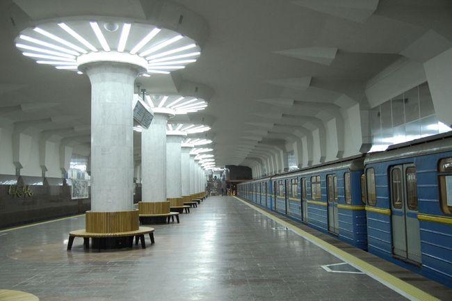 Коронавирус: количество пассажиров в метро упало в два раза