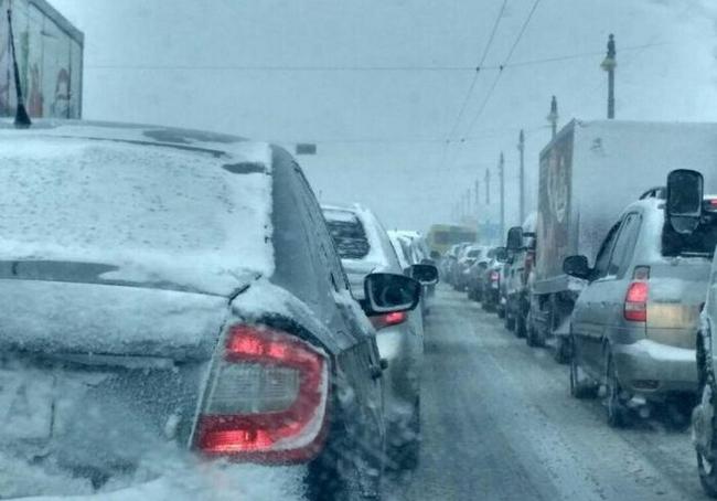 Харьковчанам показали, почему не стоит парковать авто на обочинах (ФОТО)