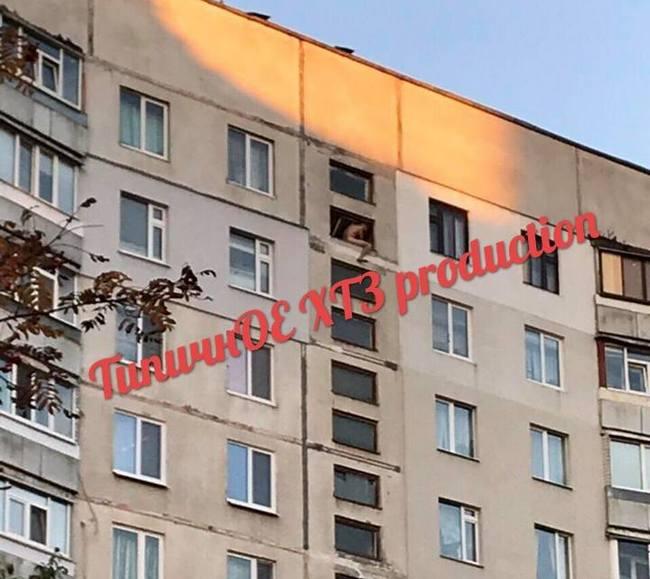 На ХТЗ на окне многоэтажки заметили обнаженного мужчину - соцсети