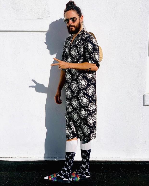 Тапочки с носками и пижама: Джаред Лето выбирает тотал-лук Gucci